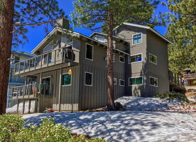 Lake Tahoe Views from gorgeous 3 level home! Pool table, Hot tub, WIFI, 4 HDTVs, location de vacances à Incline Village