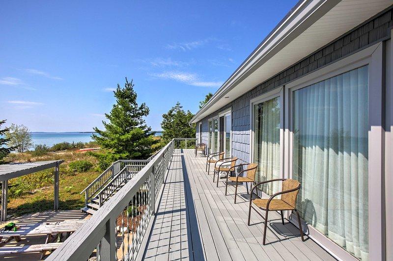Deze ruime 3.000 vierkante voet huis is gelegen aan het strand, waardoor het de ideale Northport uitje.