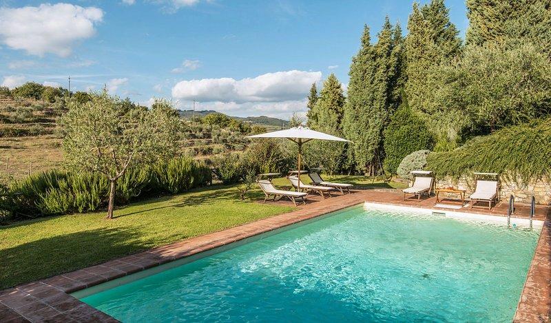 Radda in Chianti Villa Sleeps 9 with Pool - 5695995, Ferienwohnung in Volpaia