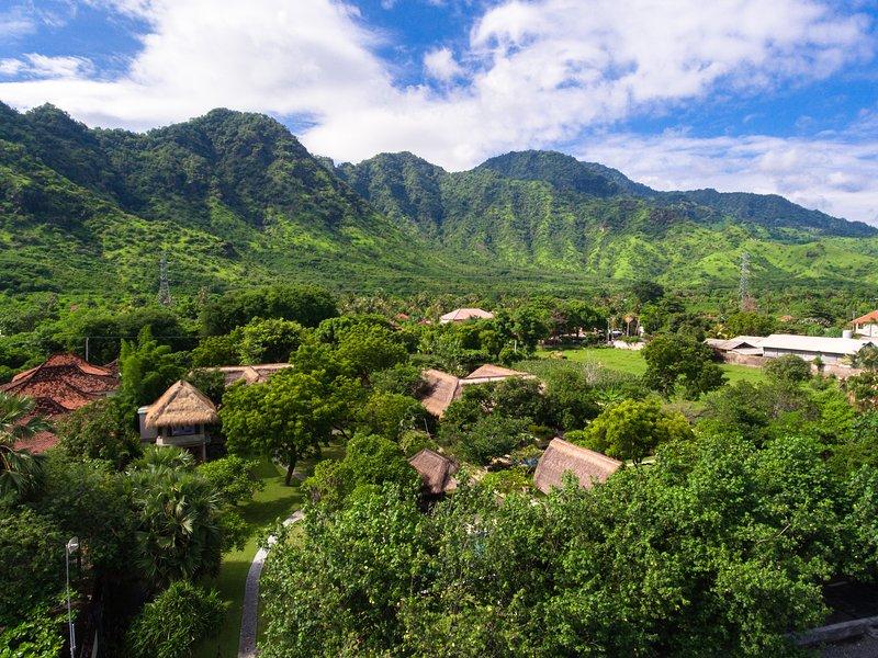 Antenne van villa Semadhi, met de majestueuze bergen zichtbaar vanaf de tuin