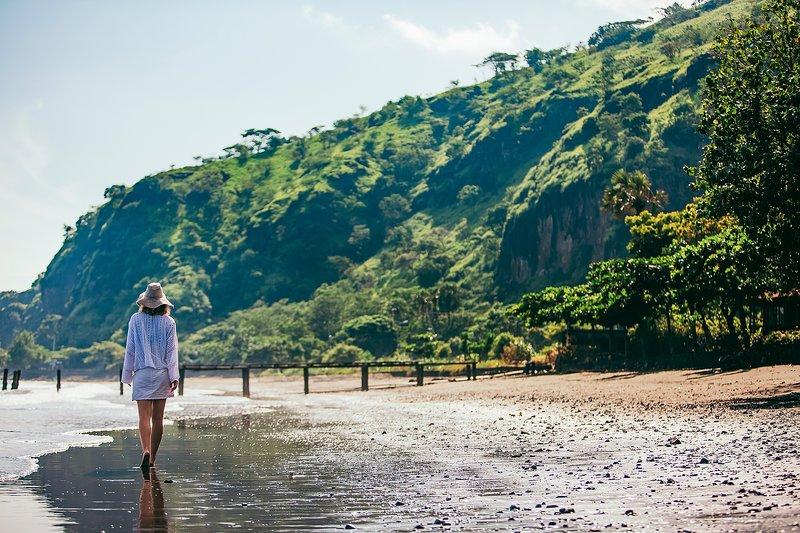 Een wandeling op het strand in de voorkant van de villa