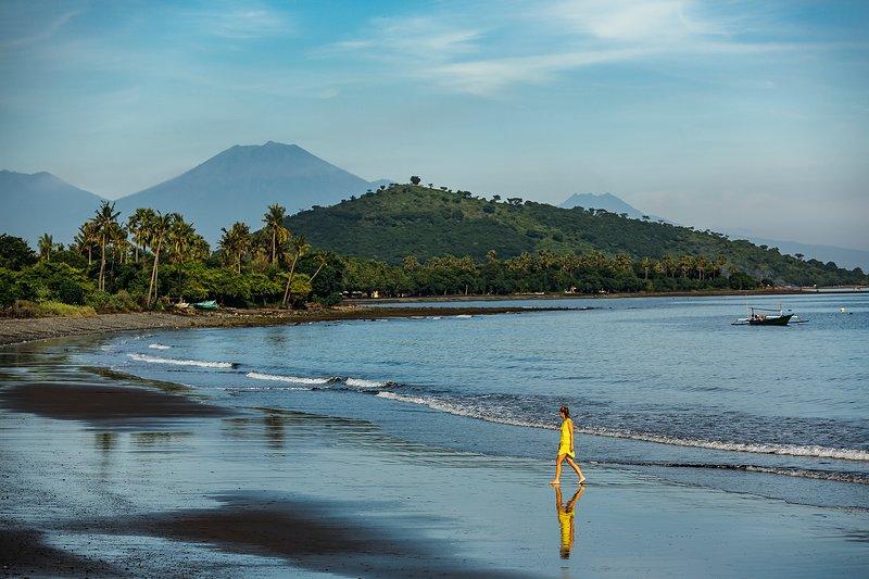 Het strand aan de voorkant van de villa Semadhi