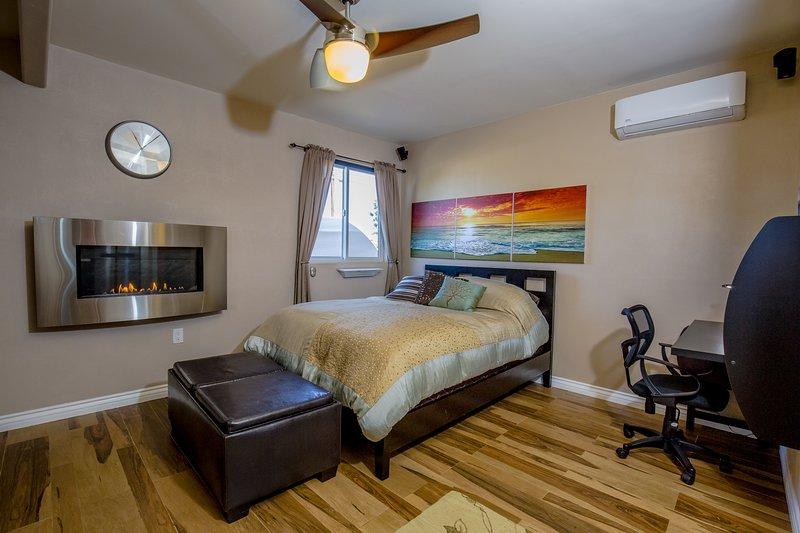 Cama Queen Size con colchón de algodón orgánico, televisor grande, chimenea remota que se puede controlar mediante encendido / apagado o control de temperatura, sonido envolvente Bose y PS4.