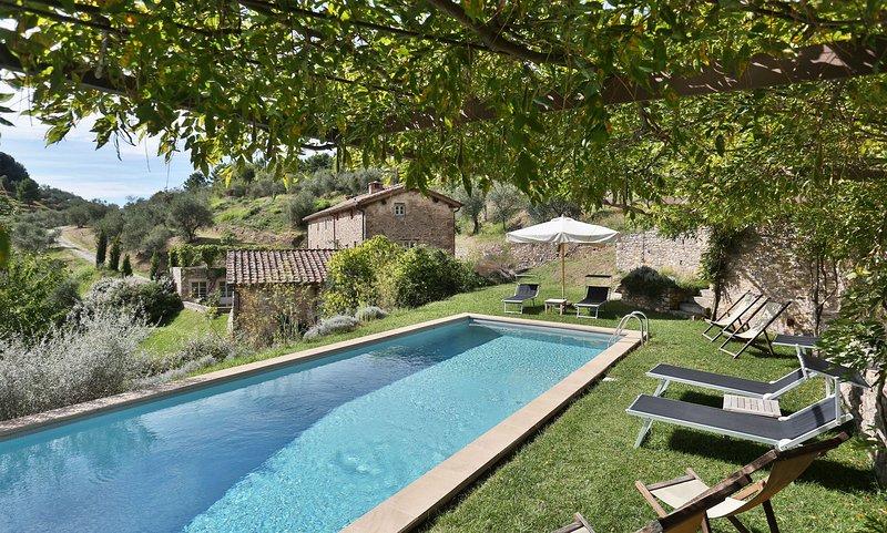 Vorno Villa Sleeps 11 with Pool - 5695998, casa vacanza a Vorno