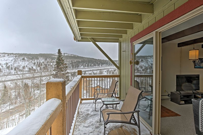 Dog-Friendly Silverthorne Condo w/Patio & Mtn View, location de vacances à Silverthorne