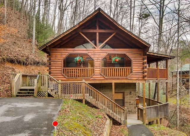 A gorgeous log cabin awaits you at Hidden Heart cabin., holiday rental in Sevierville