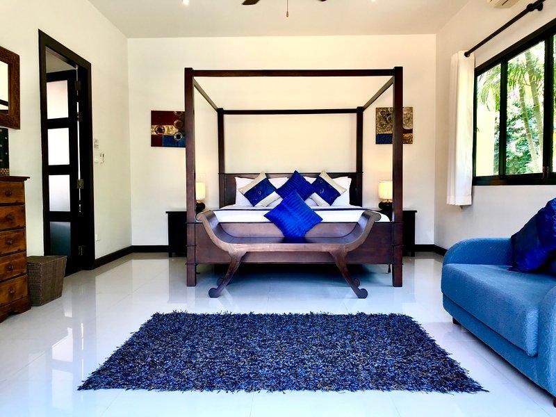 El dormitorio principal con grandes puertas correderas que da acceso privado a la piscina y terraza