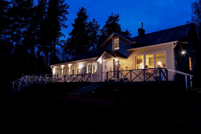 La casa principal en la noche