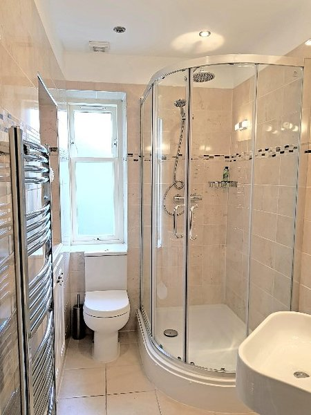 En la planta baja cuarto de baño con ducha a ras de