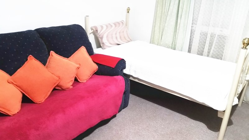 Single bed & extra double air raising camping bed in lunge, vacation rental in Wellington
