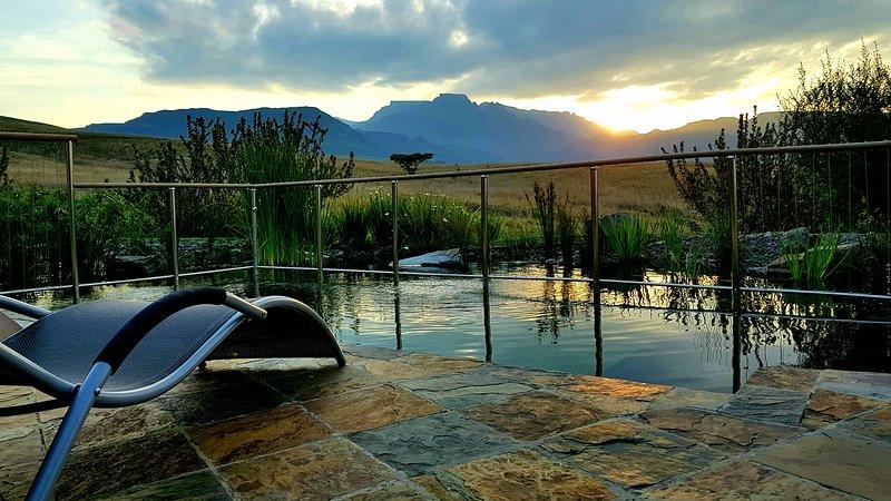 Una vista dal laghetto privato al tramonto.