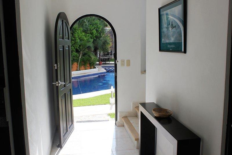 La hermosa piscina está justo al lado de la puerta principal, con el jardín privado en la parte trasera