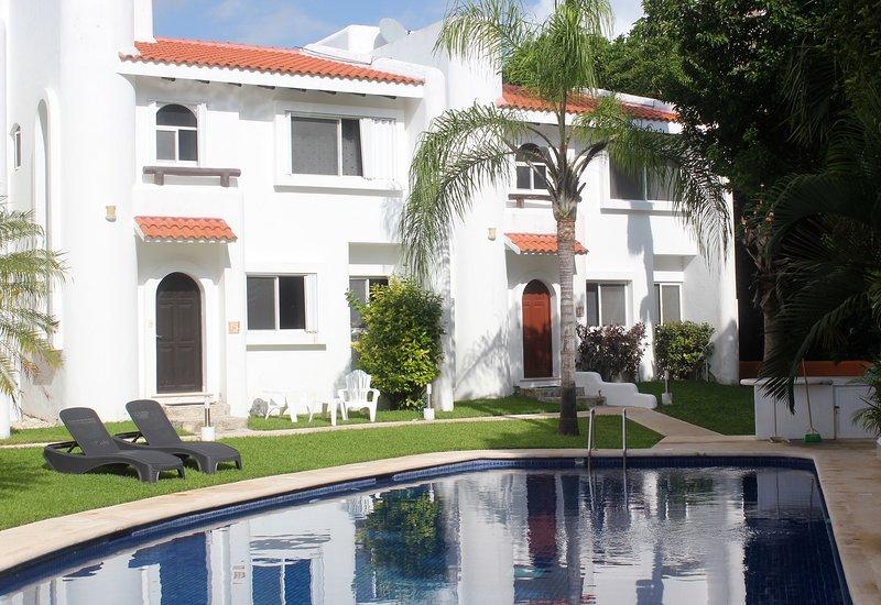 Disfrutar de las tumbonas a la derecha en la parte delantera de la casa y en la piscina