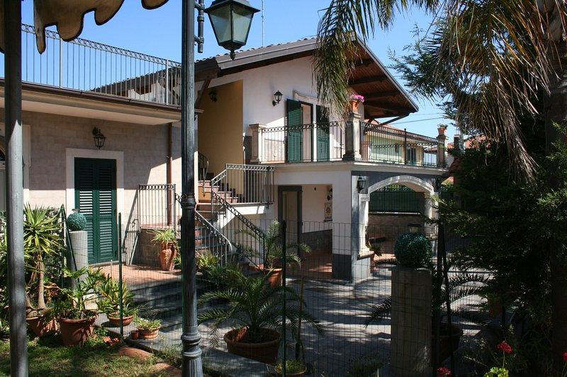 Casa Vacanze 'VILLA LINDA' tra il mare, l'Etna e Taormina, vacation rental in Tremestieri Etneo