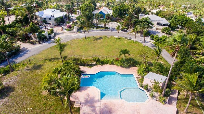 Gran piscina para su disfrute directamente a través del camino de la villa.