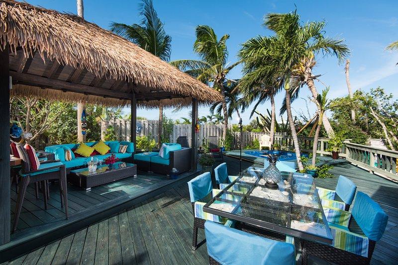 sala de estar al aire libre expansiva. bañera de hidromasaje / piscina de inmersión fría de su elección. comedor al aire libre y cocina