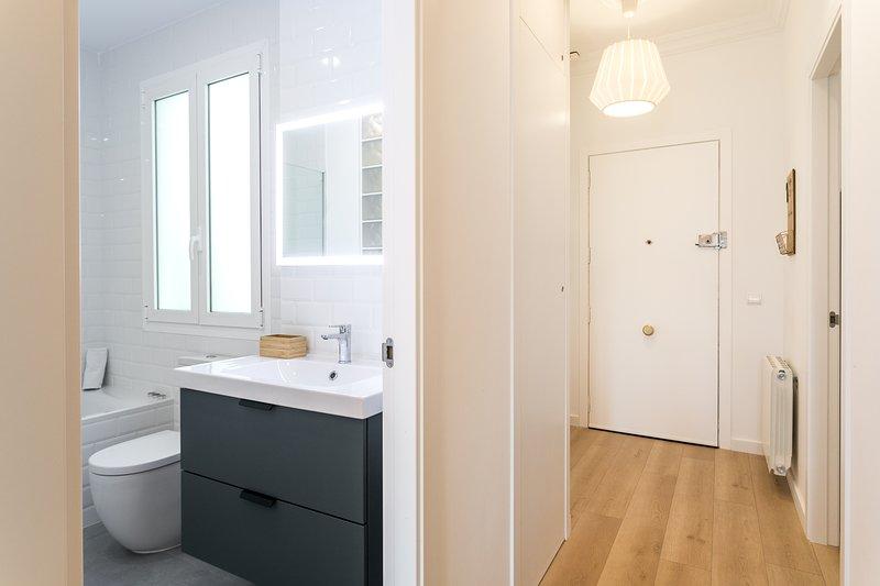 Segundo baño completo con WC y lavabo. Deuxième salle de bain avec lavabo et WC.