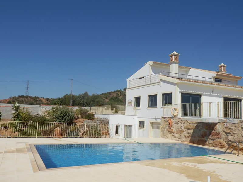 Luxury Private Villa with 2 pools,A/C, free wifi and panoramic views, alquiler vacacional en Paderne