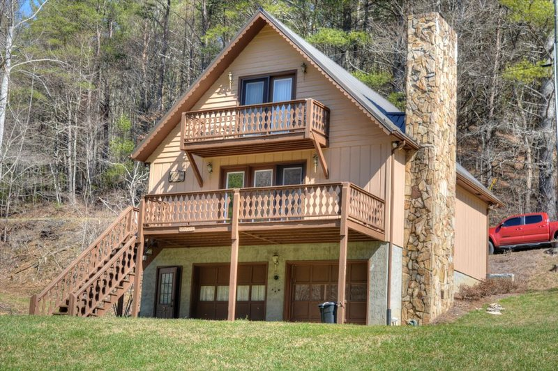 River Run-River Front 3 BR Cabin with Fire Pit, Sleeps 6, Wi-Fi, Pool Table, HOT, vacation rental in Laurel Springs