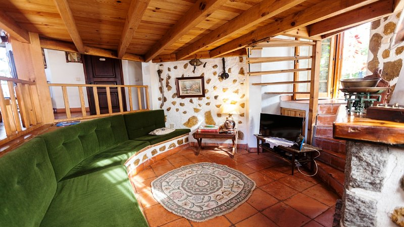 sala de estar con TV plana y Wi-Fi (canales de televisión por satélite)