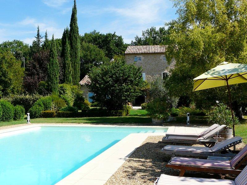 Façade extérieure avec piscine et espace détente avec transats