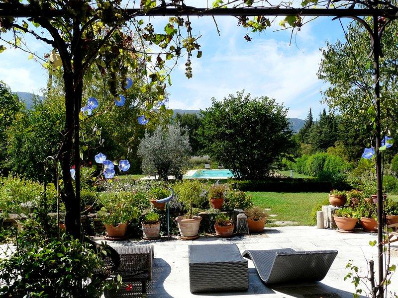 Espace détente avec vue sur le jardin très fleuri
