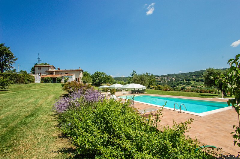 Detached villa with private pool 80 km from Rome. 4 bedrooms. 9+3 sleeps, vacation rental in Otricoli
