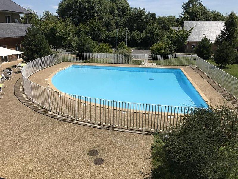 Vista a la piscina desde el balcón.