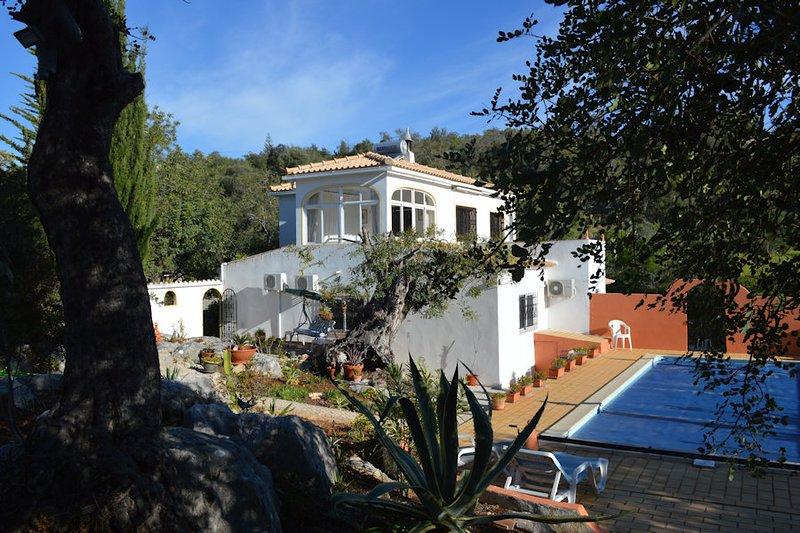 Villa apartment in peaceful area near Historical Loule,Vilamoura Central Algarve, casa vacanza a Espargal