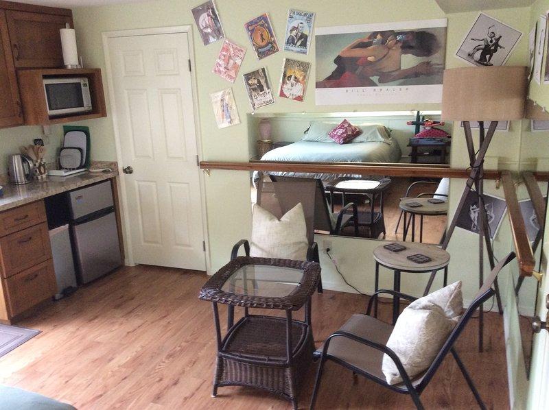 área de copa com vista para a cama e kitchenette