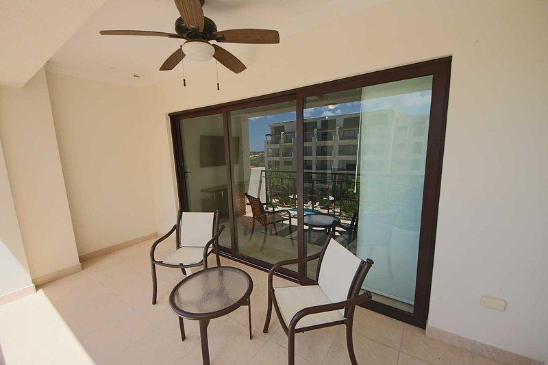 Siéntese en su amplio balcón y disfrute de su increíble vista a la piscina