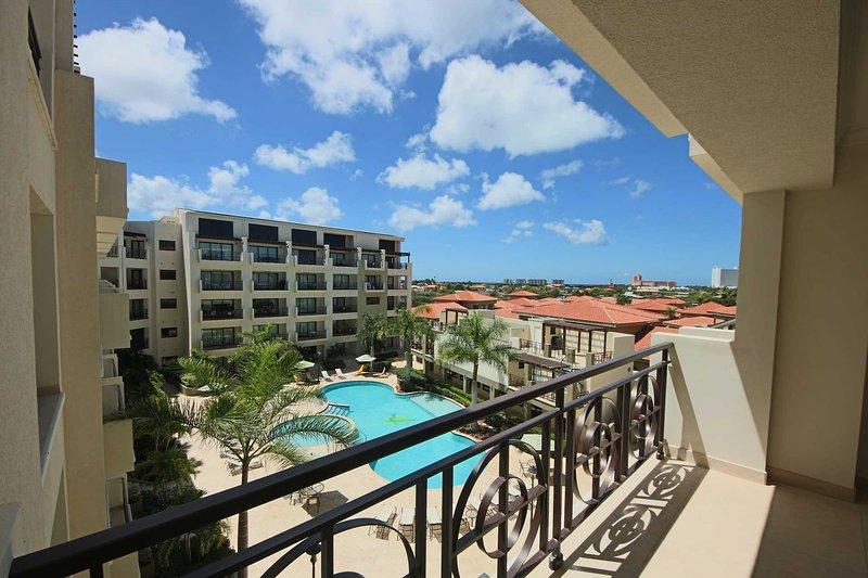 Siéntate en tu balcón y disfruta de tu increíble vista de la piscina.