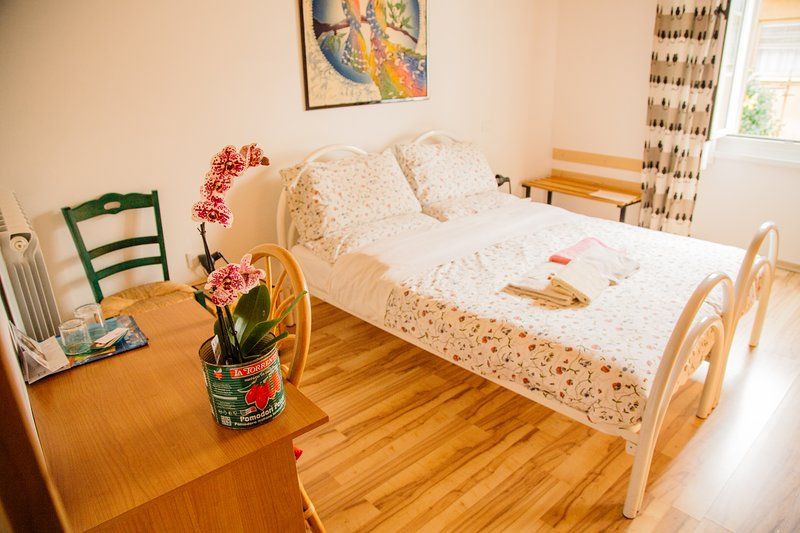 Independent countryhouse with 2 rooms & 2 private bath inside, casa vacanza a Sezana