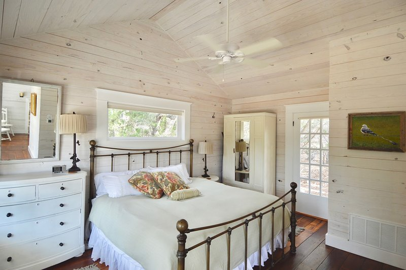 Historic Hill Country Guest Cottages King Bed Kitchen