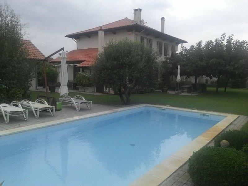 Vue de maison principale et cour avec piscine