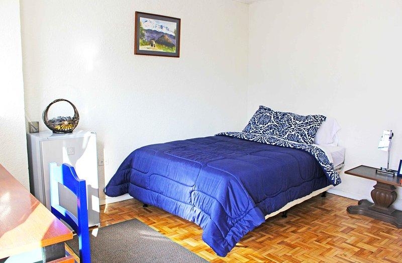 gemütliches Bett mit frischen Laken und zusätzlichen Decken.
