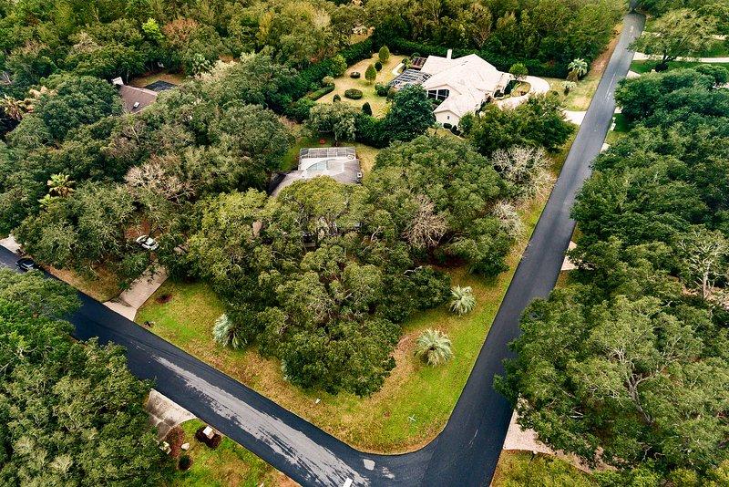 Este um acre lote de esquina casa oferece um ambiente natural e pacífica!