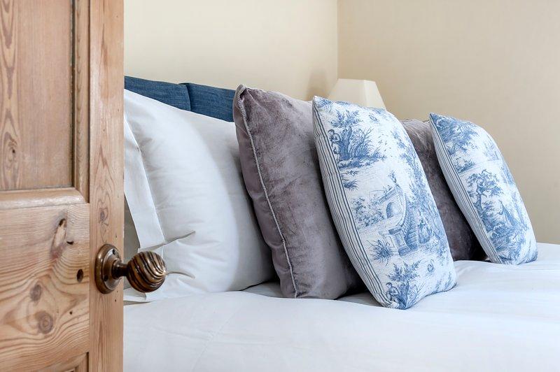 lenzuola bianche e soffici asciugamani