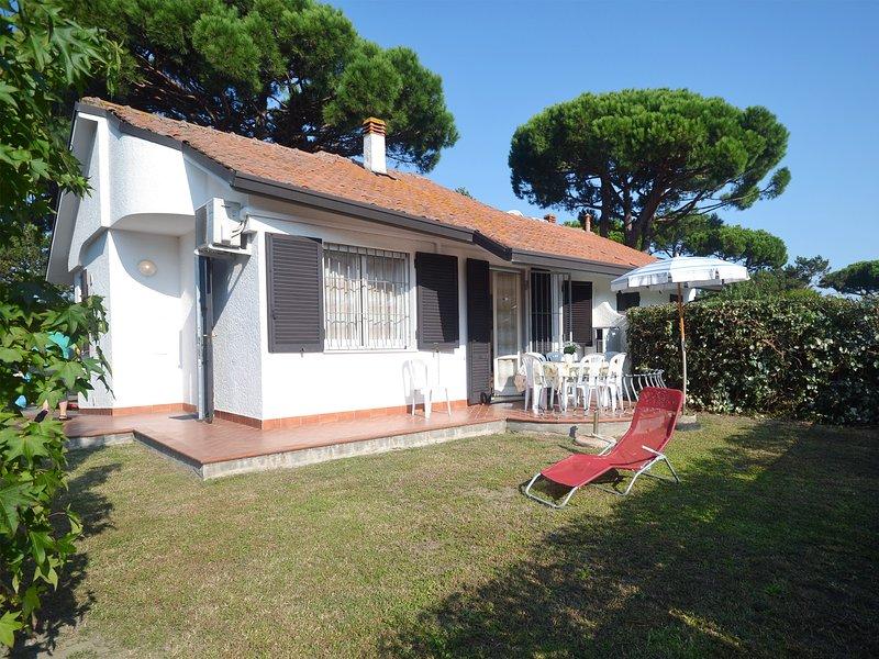 Villa Club ristrutturata al piano terra con ampio giardino, patio, recinz. alta, aluguéis de temporada em Lido delle Nazioni