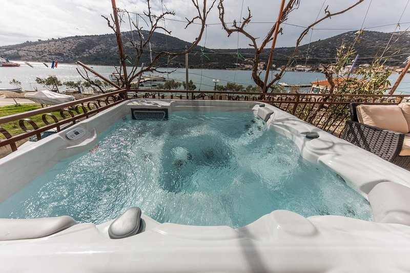 Seafront app with outdoor jacuzzi, 10 m from sea, vacation rental in Vinisce