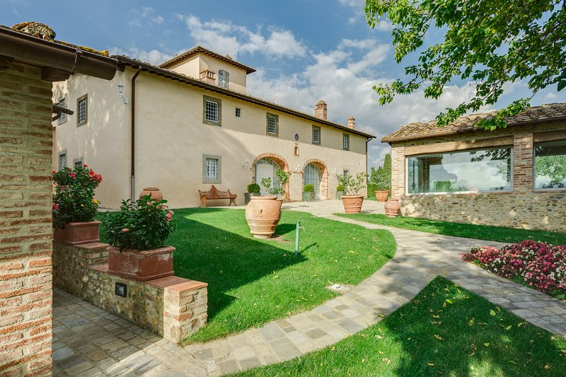 Podere in the Chianti region with 6 bedrooms. Private pool, SPA, Jacuzzi & A/C!, holiday rental in Tavarnelle Val di Pesa