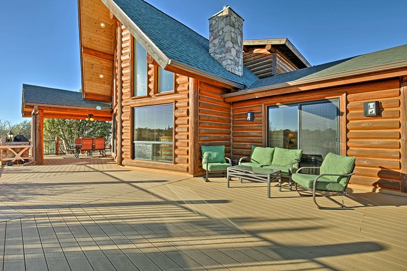 This cabin in Show Low is perfect for groups of 8 travelers!