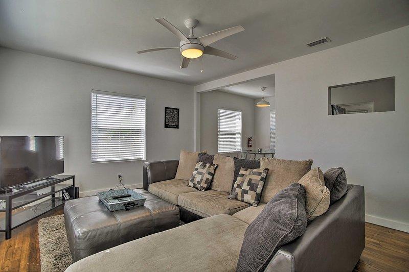 Relaxe no sofá secional confortável na sala de estar.