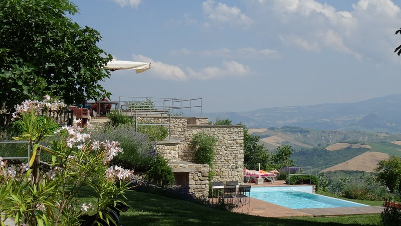 terrasse ensoleillée et piscine