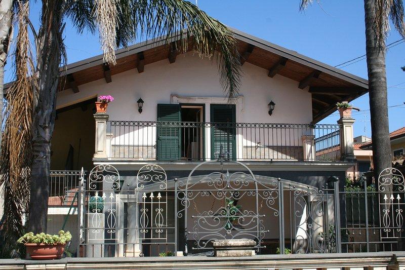 Villa Terrazza, tra il mare l'Etna e Taormina, vacation rental in San Giovanni la Punta