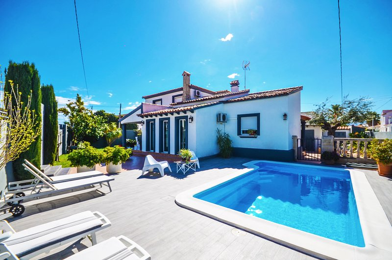 Magnífica Villa con Piscina a pocos metros del Mar, vacation rental in Sagra