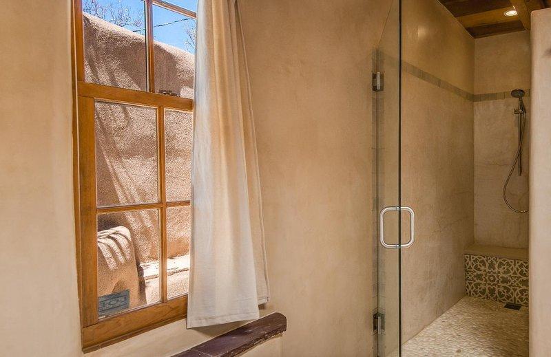 Privacidade não é um problema, pois a casa é cercada por paredes de adobe.