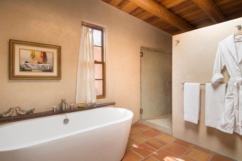 O chuveiro walk-in está escondido no canto.