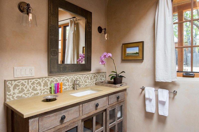 A casa de banho privativa é leve e brilhante e generoso em tamanho.