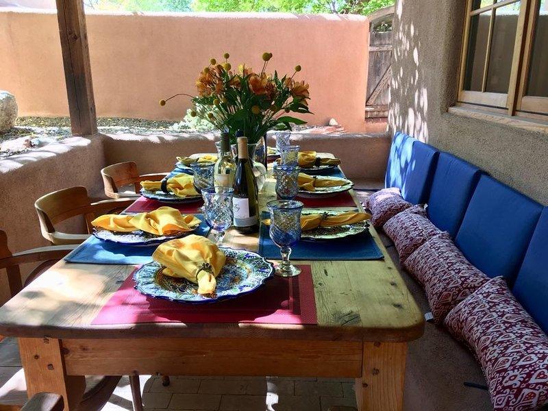 Refeições ao ar livre para 6-8 é uma obrigação na grande mesa de jantar sob o portal.